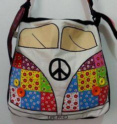 Bolsa inspirada na Kombi, com aplicações de tecidos, botões e pintura à mão. R$ 100,00