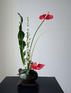 Freestyle 2 - with a coconut leaf for movement - Ikebana flower arranging