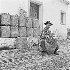 Fabricando cestos, Castro Marim, Odeleite, 1955 via OAPIX
