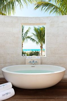 Outdoor tub at vacation home designed by Worth Interiors situated on the Turks and Caicos Islands in the Caribbean. Outdoor Tub, Outdoor Baths, Outdoor Bathrooms, Dream Bathrooms, Beautiful Bathrooms, Outdoor Showers, Home Interior, Interior And Exterior, Future House