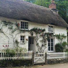 You do not necessarily need to have a cottage just to have a cottage-inspired garden decor. With a help of a few cottage garden decor ideas, you can style English Country Cottages, English Cottage Style, English House, English Cottage Exterior, Cozy Cottage, Cottage Living, Cottage Homes, Country Living, Cottage Gardens