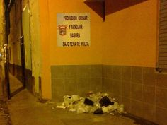 Basura arrojada pese al aviso de la Municipalidad de Chiclayo.