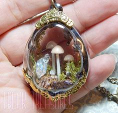 Beautiful glass locket diorama necklace. Inside you can see tiny synthetic glow in the dark mushrooms, resin glow in the dark crystal quartz, shimmering cork and musk like a very enchanted forest! Let charge in the sunlight this little ring and you'll see the magic glow! N.B. This locket isn't made to be opened. Open necklace length: 23,62 in Pendant size: 1,97x1,38 in N.B. Glow in the dark pictures are without filters to enhace glow. Glow in the dark items were charged under an UV lamp to…