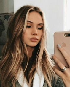 Brown hair with front blonde highlights Blonde Front Highlights, Hair Streaks Blonde, Hair Color Streaks, Brown Hair Balayage, Brown Blonde Hair, Brunette Hair, Dying Hair Blonde, Color Highlights, Blonde Balayage