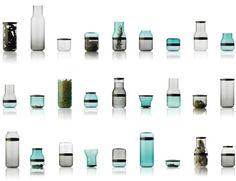 La serie de contenedores y vasos de vidrio Juuri por Sarah Bottger lleva la modularidad a un material en el que no acostumbramos verla. Un mismo sencillo diseño de botella, reproducida varias veces con 8 diferentes tipos de cortes crea un sin fin de combinaciones gracias a los anillos y tapas de plástico que los acompañan.