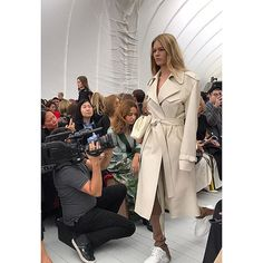 El trench perfecto de Cèline SS18 #Celine #ss18 #pv18 #PFW #celineparis #trench #cueroblanco #whiteleather #leathertrench #sportychic  via MARIE CLAIRE SPAIN MAGAZINE OFFICIAL INSTAGRAM - Celebrity  Fashion  Haute Couture  Advertising  Culture  Beauty  Editorial Photography  Magazine Covers  Supermodels  Runway Models