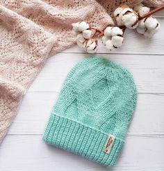 """Сегодня хочу рассказать вам про все достоинства шапочки """"Sofi""""! ✔Она очень теплая ✔Эта шапка подходит женщинам, детям и даже мужчинам ✔Ее можно носить с помпоном и без. ✔И еще один огромный плюс - она двусторонняя! Да, да с двух сторон абсолютно одинаковый узор! Только макушка немного отличается. Крутите карусель  и все увидите сами! #hat_sofi_Mknitochka ______________________________ #вязаныйкомплект #вяжу #стильное #вязание #knit #вяжуназаказ #шапка #зимняяшапка #шапки #шапкаспомпо..."""