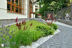aménager-petit-jardin-devant-maison-allée-piétonne Decoration Plante, Pathways, Garden Landscaping, Sidewalk, Home And Garden, Landscape, Inspiration, Dom, Google