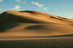 <p>As areias de pelo menos 35 desertos isolados no mundo emitem sons que parecem variações de instrumentos musicais. Estudiosos sugerem que diferentes notas são produzidas de acordo com o tamanho dos grãos e a velocidade do vento, mas nunca explicaram comprovadamente como os grãos podem soar como música. Foto: Reprodução Youtube/Gerhard Keller </p>