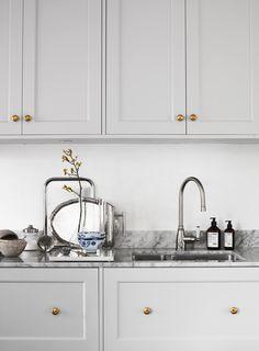 Install an interior door in 5 steps - HomeDBS Classic Kitchen, Rustic Kitchen, New Kitchen, Kitchen Dining, Kitchen Decor, Kitchen Cabinets, Cottage Kitchens, Home Kitchens, Kitchen Interior