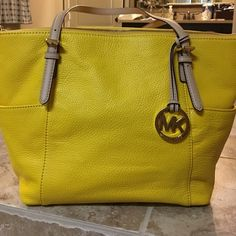 Michael Kors handbag Very nice Authentic Michael Kors Handbag. Perfect for summer!!! Michael Kors Bags Shoulder Bags