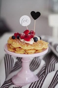 ❥ Wafels by Fräulein Klein Valentines Breakfast, Valentines Day Food, Breakfast Dishes, Breakfast Recipes, Breakfast Waffles, Holiday Treats, Holiday Recipes, Tasty, Yummy Food