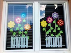 Great idea to tinker as a decoration. Craft ideas with children for deco Classroom Window Decorations, School Decorations, Classroom Decor, Spring Window Display, Spring School, Spring Crafts For Kids, Spring Art, Spring Summer, Window Art