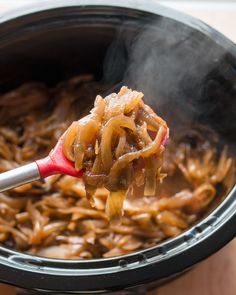 How To Make Caramelized Onions in a Slow Cooker (crockpot)— Cooking Lessons from The Kitchn Crock Pot Slow Cooker, Crock Pot Cooking, Slow Cooker Recipes, Cooking Recipes, Crockpot Meals, Potluck Recipes, Veggie Recipes, Onion Recipes, Crockpot Dishes