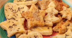 Warum nicht mal herzhafte Plätzchen backen? Geht schnell, schmeckt super. Unser liebstes selbstgemachtes Knabbergebäck sind Cracker mit Käse.