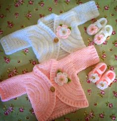 Bom dia, casaquinhos para baby, lindos e simples de crochetar, dá para aproveitar sobras de lã, inspiração para mamães, vovós e titias... a...