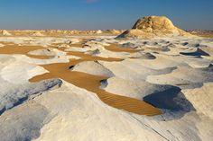 エジプト西部にある白砂漠。 まるでスターウォーズの世界に迷い込んだような気分になる。
