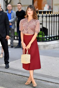 Jeanne Damas has the keys to combine a crop top in the most sophisticated way possible Jeanne Damas, Crop Top Elegante, Parisienne Style, Moda Formal, Celebrity Style Casual, Parisian Chic Style, Look Street Style, French Street Fashion, French Girl Style