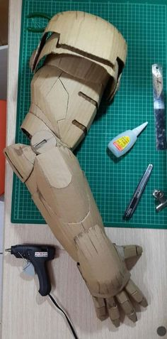 Men's Suits - Student Makes Life-Size Iron Man Suit Using Only Cardboard Iron Man Cosplay, Cosplay Armor, Cosplay Diy, Cosplay Helmet, Marvel Cosplay, Armadura Cosplay, Iron Men, Iron Man Suit, Iron Man Armor