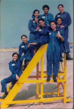 1st Batch of Women Helicopter Pilots commissioned in Indian Air Force in 1995. First one to get commissioned was Pilot Officer Guneet Kaur standing in front.