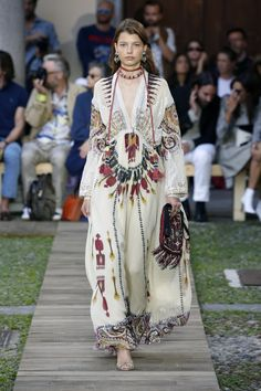 Sep 2019 - See all the looks from the show. Casual Fashion Trends, Indian Fashion Trends, Spring Fashion Trends, Summer Fashion Trends, Spring Summer Fashion, Boho Fashion, Kids Winter Fashion, Fashion 2020, Dame