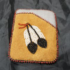 unique card holder, made of moose hide with a grey stroud interior and a beaded featherdesign. Hand crafted with care in Fort Liard, Northwest Territories in Canada's far North. Support the Aboriginal arts and crafts industry and buy online today. Indian Beadwork, Native Beadwork, Native American Beadwork, Native Beading Patterns, Beaded Purses, Beaded Bags, Feather Pattern, Feather Design, Beadwork Designs
