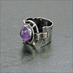 Кольцо с с аметистом с широкой фактурной шинкой.