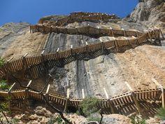 Sendero en la Ribagorza (Huesca), entre Aragón y Cataluña. Cerca de Montfalcó. Camino del Siegué.