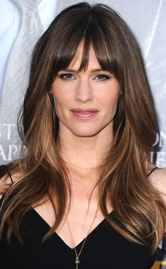 Need to know about the latest Jennifer Garner movies? Get the most recent Jennifer Garner news, videos, and pictures. Jennifer Garner Hair, Hairstyles With Bangs, Cool Hairstyles, Side Fringe Hairstyles, Medium Hairstyles, Underlights Hair, Corte Y Color, Ben Affleck, Grunge Hair