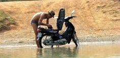 Lavage et récurage tout se passe dans la rivière Myanmar 2014