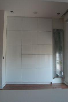 armario lacado en blanco cerrado