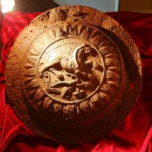 Griphon UMBO Shield IMG 7433 - Dacian Fortresses of the Orăștie Mountains - Wikipedia Ancient Symbols, Ancient Artifacts, Ancient History, European Tribes, European Languages, History Museum, Art History, Gate Decoration, Cultura General