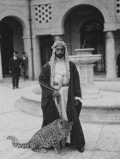 Faisal y su leopardo mascota en su palacio de Bagdad (1925)