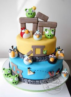 Angry Birds cake made with 100% edible characters!