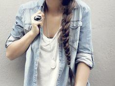 playera blanca básica y blusa de mezclila
