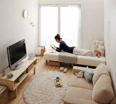 super kleines wohnzimmer mit einem hellen bett