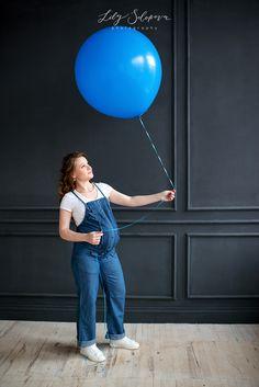 фотосессия беременности, беременность, беременная девушка, беременная в комбинезоне, беременная и воздушный круглый шар