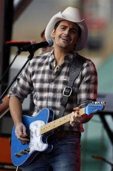 Brad Paisley Country Music Stars, Country Singers, Kimberly Williams, Brad Paisley, Country Men, Men Casual, Celebrities, Carrie Underwood, Lei