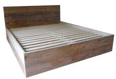 Voorbeeld van een bedombouw gemaakt van steigerplanken. Doe het zelf tweepersoons bed van steigerhout met een losse lattenbodem of bedspiraal.
