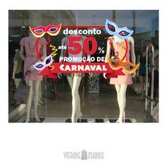 Carnaval é oportunidade para o varejo. Não tem desculpas para deixar a vitrine feia. Mas não exagere no tom! Adesivos de Vitrine by Vitrine Mania #vitrine #vitrinismo #vitrinecarnaval #carnaval #varejo #vitrinemania