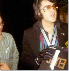 April 23, 1971:  - Elvis met fans at the gates of  his home at 1174 Hillcrest Rd. - Beverly Hills, California .