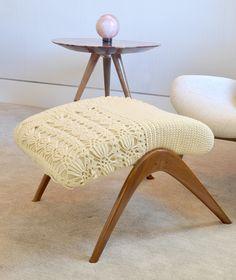 banqueta madeira de lei, estofado tricotado `a mão em aproximadamente 20 horas de trabalho
