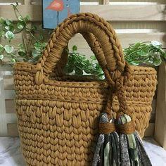 Boa tardeeee! Acho que vamos derreter! #crochet #croche #handmade #bolsa #bolsacolorida #fiodemalha #feitocomamor #feitoamao #trapilho #totora #knit #knitting #bolsadecroche #crochetbag #bag #bolsaartesanal  Por @hidamari.sozai