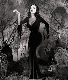 This is a great Vampira look alike. This is not Maila Nurmi but she did a damn great job! Halloween Pin Up, Vintage Halloween Photos, Vintage Witch Photos, Dark Beauty, Gothic Beauty, Dark Romance, The Frankenstein, Regina George, Horror Monsters