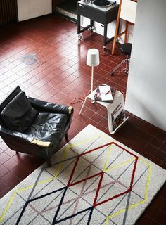 IKEA PS 2014 : une collection innovante, surprenante et ambitieuse !   IKEADDICT - La communauté francophone des IKEA ADDICTS Ikea Ps 2014, Ikea Ps Table, Ikea Portugal, Ikea New, Flexible Furniture, Red Floor, Geometric Rug, Rustic Rugs, Colors