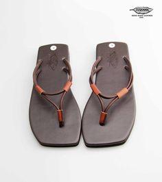 La sandalia fue hecha de cuero que bien seleccionada de proveedores locales tradicionales en Bangkok, Tailandia El cuero es cuero de vaca que ha