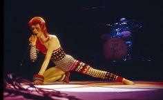 Après une tournée à travers les Etats-Unis, David Bowie endosse cette fois-ci le masque d'Aladdin Sane, décrit par l'artiste comme « un type fou » et « schizophrène ». On retiendra de cette période l'album « Diamond Dogs », véritable pépite musicale, avec les tubes « Rebel Rebel », « Sweet Thing » et « Diamond Dogs ». La pochette, signée Guy Peellaert, reste l'une des plus emblématiques de l'histoire de la musique.