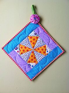 The polkadots kaleidoscope pot holder / kitchen by Mug Rug Patterns, Potholder Patterns, Quilt Patterns, Scrap Fabric Projects, Quilting Projects, Sewing Projects, Quilted Coasters, Quilted Potholders, Plastic Canvas Tissue Boxes