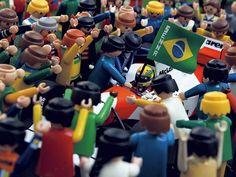 Foto do artista Heberth Sobral, de edição limitada, em tamanhos 60 x 80 cm e 90 x 120 cm. Conhecido por suas composições com bonecos do brinquedo Playmobil, ele reproduziu a famosa invasão de pista no GP do Brasil de 1993 em Interlagos, quando Ayrton Senna venceu sua segunda e última prova em casa. (via trabalhosujo.tumblr.com)
