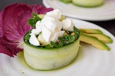 Rucola-Salat mit Gurke umwickelt in Koriander-Honig-Limonen-Dressing